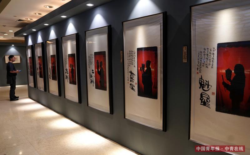观众在交流现场观看作品展示。据介绍,本次交流会现场展示的部分作品均配以李舸左书墨迹,这些作品是李舸近年来对影像艺术未来发展之路的一次探索和实验。中国青年报·中青在线记者 陈剑/摄 (编辑:李峥苨)