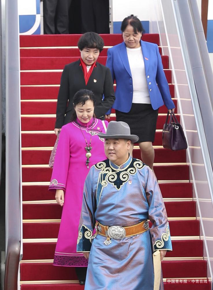 10月15日,来自内蒙古自治区的党的十九大代表乘飞机抵达首都国际机场。这是第一个抵京的京外代表团。新华社 丁海涛/摄