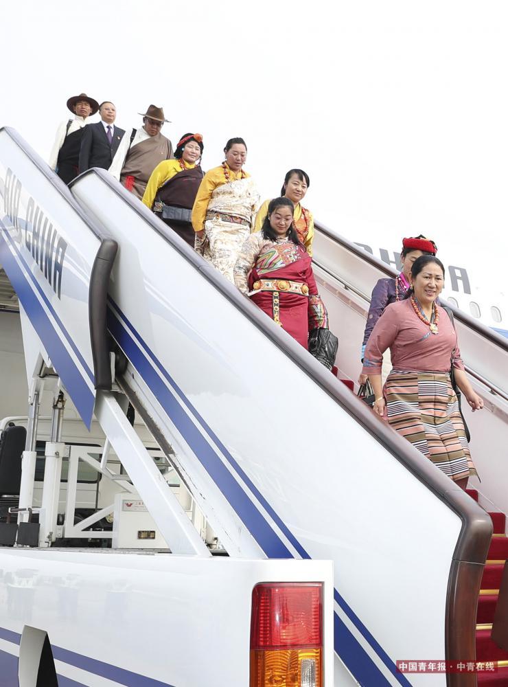 10月15日,来自西藏自治区的党的十九大代表乘飞机抵达首都国际机场。新华社 丁海涛/摄