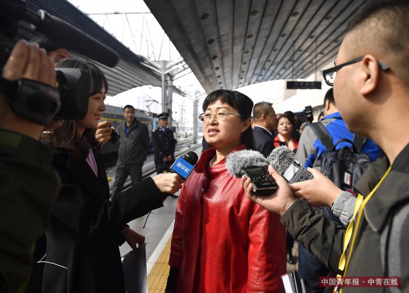 10月15日,来自山西省的党的十九大代表抵达北京。续烨代表(中)在接受记者采访。新华社 燕雁/摄