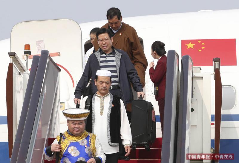 10月15日,来自青海省的党的十九大代表乘飞机抵达首都国际机场。新华社 谢环驰/摄