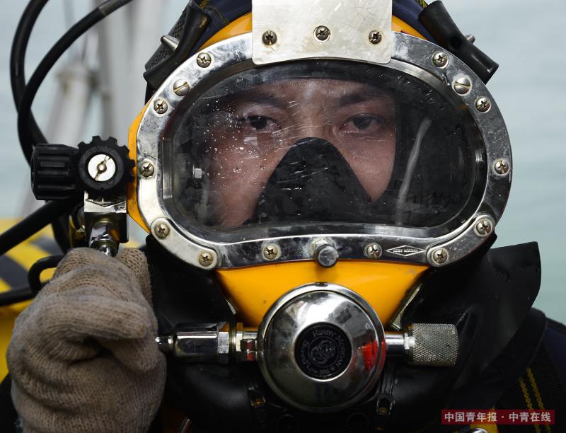 """渤海湾钻井平台海上矿区,中海油""""蛙人""""楚金勇。有一群人常年生活在海上,工作在海底,与大海为伴,肩负着海底油气管道的建造和维护工作,楚金勇就是他们中的一员。由于作业条件艰苦,风险巨大,国际上将潜水的风险系数比肩宇航员。2005年12月,楚金勇退伍后来到海油工程维修公司,一干就是12年。作为潜水班班长的他每年平均出海260天以上,每次潜水都要在深度10~40米甚至更深的海底进行作业。视觉中国"""