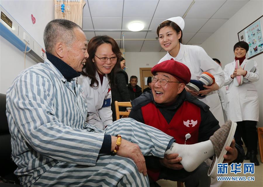 (图文互动)(2)十年如一日 七旬义工自制棉鞋送患者