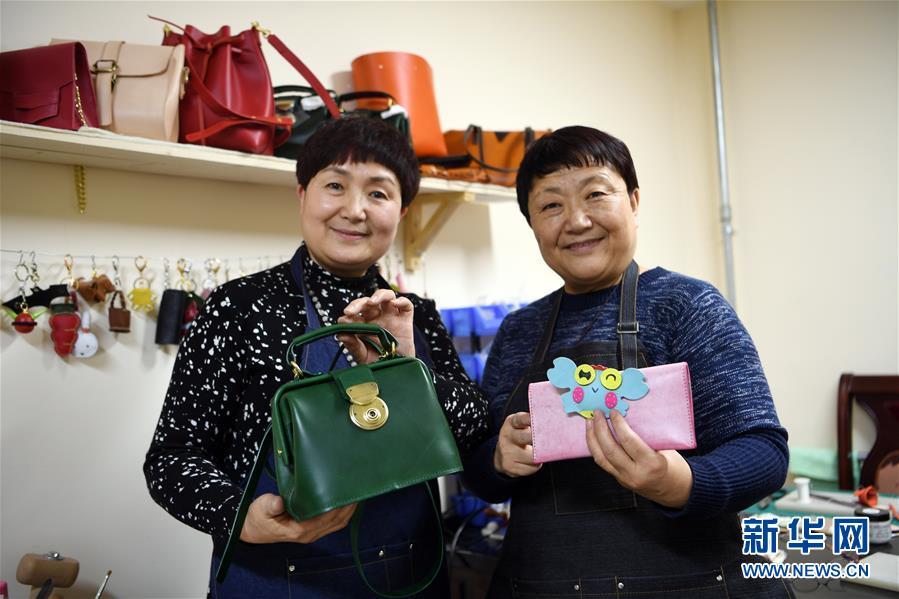 """(社会)(1)年过半百再启程 兰州两姐妹转身""""时尚创客"""""""