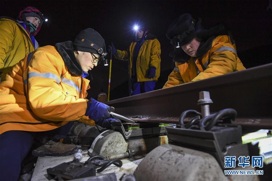(新春走基层)(2)兰新高铁线上的夜行者