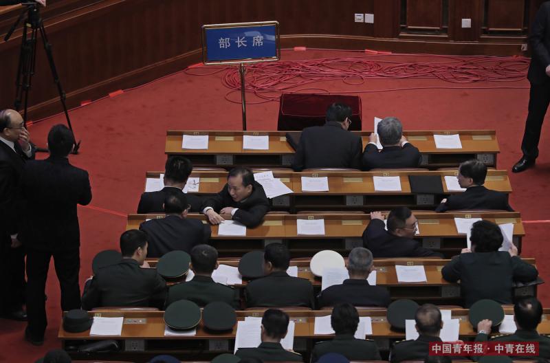 3月13日,十三届全国人大一次会议第四次全体会议前的列席部长席,早到的几位部长相互交谈着。中国青年报·中青在线记者 赵青/摄