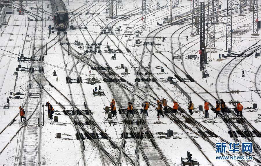 (社会)(1)铁路职工坚守岗位 保障旅客安全出行