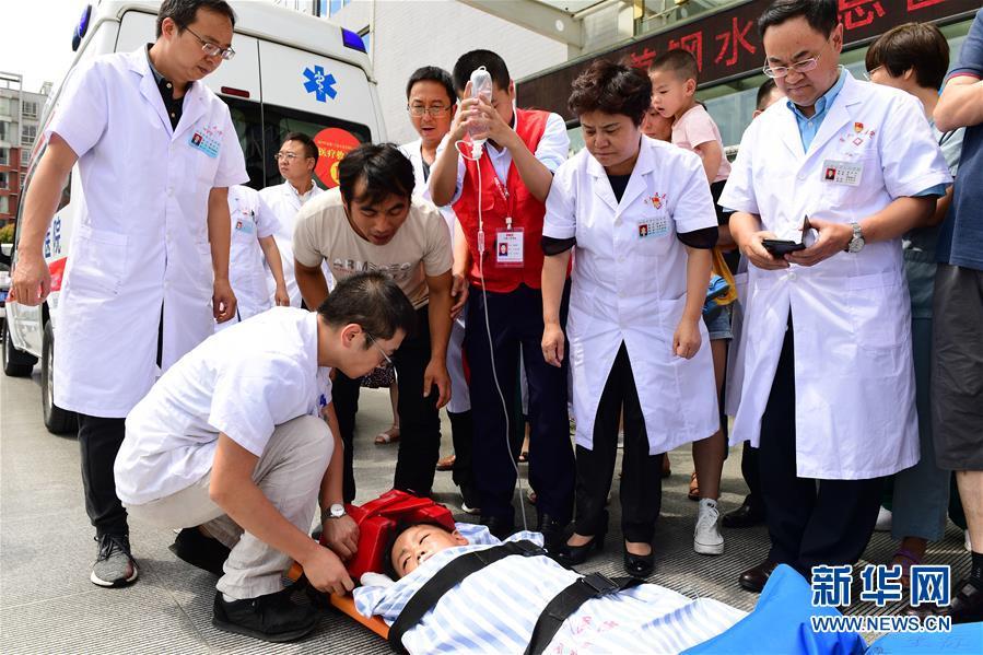 (社会)(1)贵州水城山体滑坡:医疗救援直升机紧急运送重伤儿童