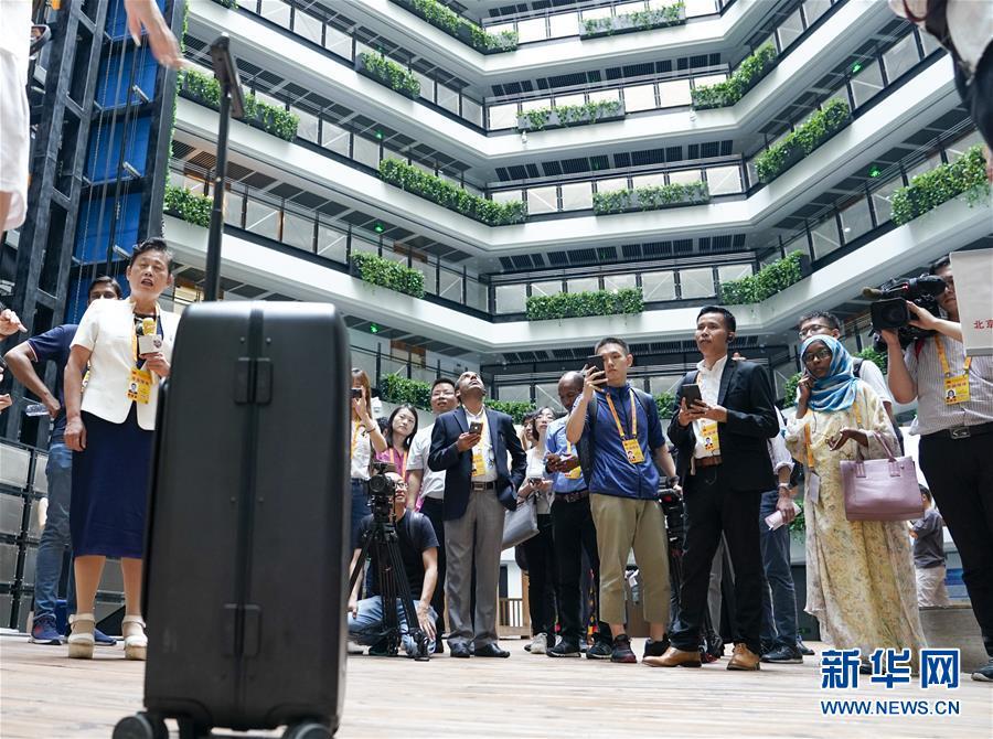 (经济)(1)中外媒体参观北京中关村创新成果展