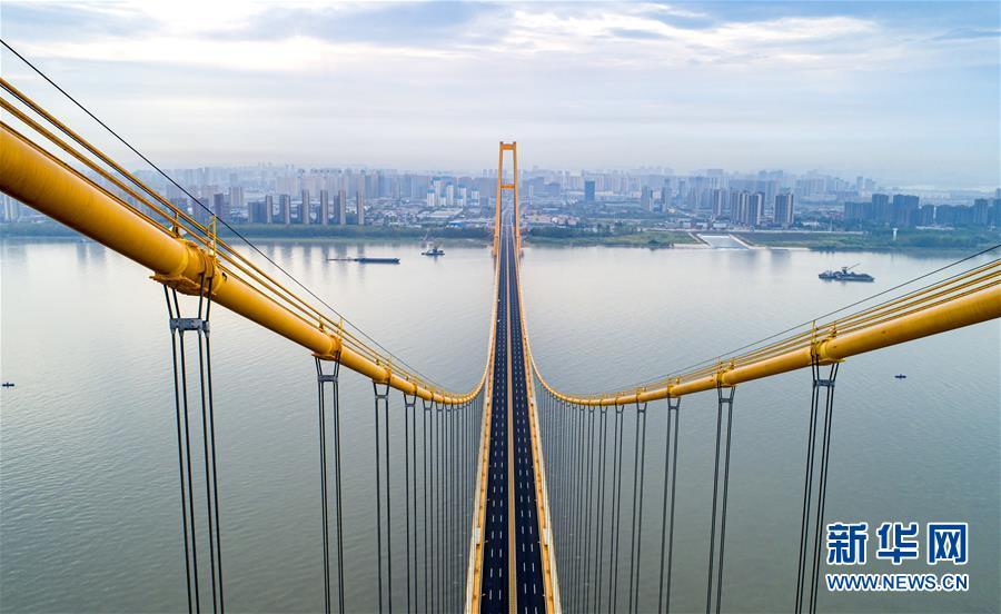 (经济)(3)长江上首座双层公路大桥通车