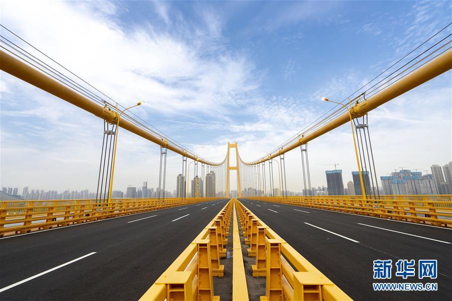 (经济)(8)长江上首座双层公路大桥通车
