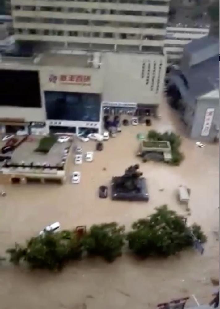 7月26日,陕西省绥德县城洪水漫顶。韩二飞 高志利/摄