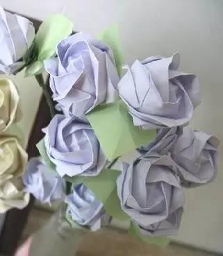 1)用纸折成玫瑰花的形状(具体手法请百度~)