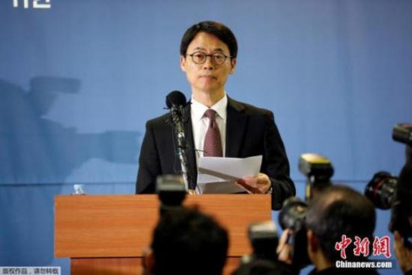 """当地时间2017年2月28日,在延长调查时间的申请被驳回后,韩国特检组对""""亲信门""""的调查告一段落,图为特检组发言人发言。"""