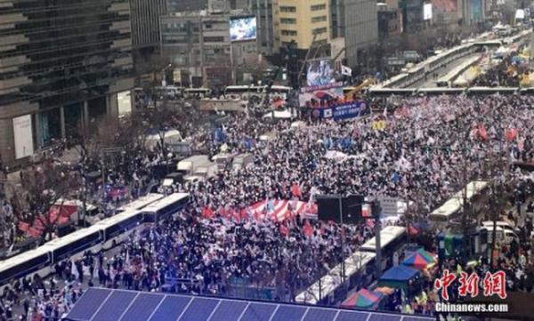 """3月1日,韩国""""挺朴""""与""""倒朴""""两派民众当日举行针锋相对的大规模集会。"""