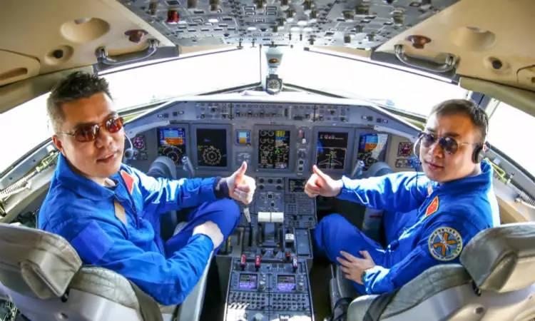 能够成为首驾国产大飞机的飞行员,简历自然不一般
