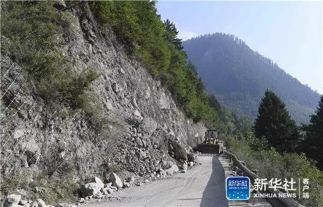 8月9日,救援机械在抢通九寨沟景区内被阻断的道路.