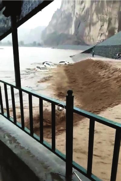 甘肃景泰黄河石林景区突发暴洪 296名游客被困