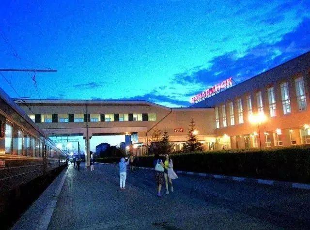 北京至莫斯科的K3(莫斯科至北京的K4)國際列車,在俄羅斯境內的烏蘭烏德接入西伯利亞鐵路。國際列車俄羅斯經典十三日文化之旅13天的旅程,火車上就占去一半時間。為什么不乘坐更快捷的飛機,為什么還有那么多客人對綠皮火車的長途旅程青睞有加呢? 原因就是要乘坐中俄國際列車,去體驗西伯利亞鐵路沿線的壯闊美景。   西伯利亞鐵路被譽為世界十大鐵路之首,全長9200余公里。在抵達莫斯科前,乘坐這趟列車的乘客會經過:蒙古國首都蒙古最大城市烏蘭巴托;位于貝加爾湖最南端、被紀錄片《孤獨星球》描述為 過分豪華的小站