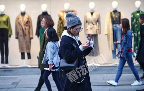 """北京气温骤降路人""""乱穿衣"""" 住建部:根据天气情况可提前供暖"""