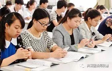 澳门金沙城娱乐开户:奇怪!思政课上,学生竟因手机抬起头!