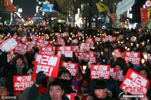 资料图:大批韩国示威民众聚集在首尔街头,要求韩国总统朴槿惠下台。