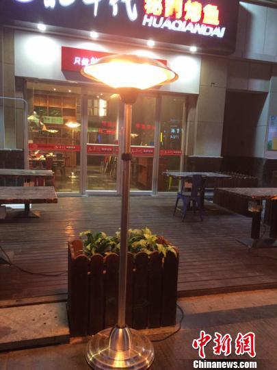 为报恩郑州餐厅老板门口设取暖器供市民免费取暖
