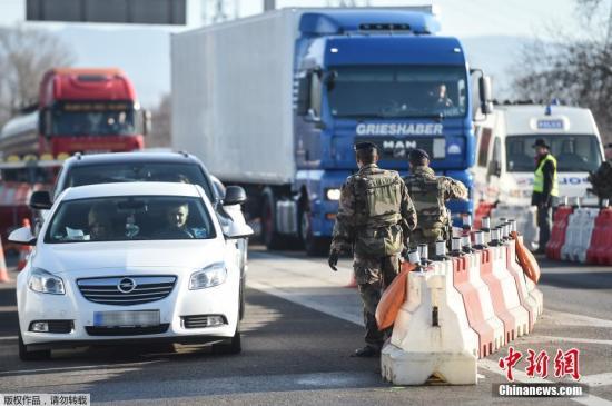 当地时间2016年12月22日,法国Ottmarsheim,德国警察在德法边境检查过往车辆。德国对卡车恐袭疑犯发出全欧范围通缉令,悬赏10万欧元。