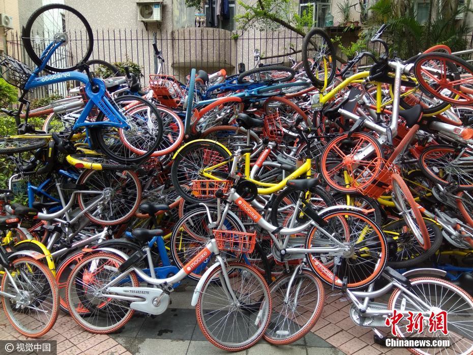 深圳上百辆共享单车遭破坏堆成小山