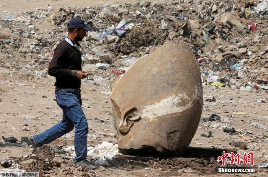 近日,埃及与德国的考古学家在埃及首都开罗一个贫民窟的地下,发现高8米的古代巨型石雕,经初步鉴定制造时期在距今3000多年前。考古学家在埃及虽然考古学家暂未正式确认,但这尊掩埋于泥土中的雕像据信是埃及法老拉美西斯二世,另外考古学家们还同时发现一尊真人大小的人物石雕,据信这是拉美西斯二世的孙子法老塞提二世,被埃及有关部门称为最重要历史发现之一。