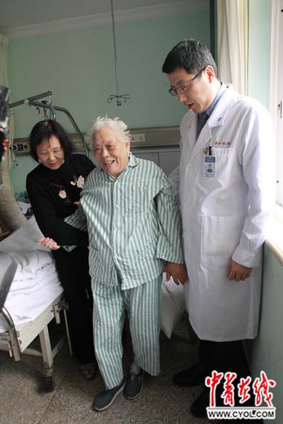 董医生在检查病人和分析片子后,考虑患者存在多节段颈椎间盘突出,伴黄