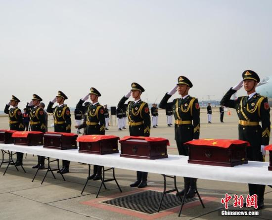 2016年3月31日,中韩双方在韩国仁川国际机场庄严举行第三批在韩中国人民志愿军烈士遗骸交接仪式,交接36位中国人民志愿军烈士遗骸及相关遗物。 <a target='_blank' href='http://www.chinanews.com/'><p align=