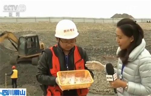 考古人员接受记者采访