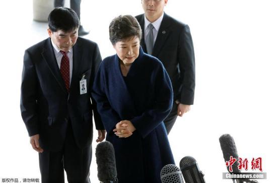 韩国前总统朴槿惠受检方传唤,于21日上午抵达检察厅。
