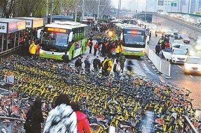 上千共享单车围困公交车站单车占道打破站台秩序