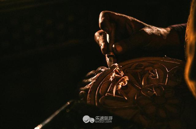 作为波罗木刻的精髓,雕刻的步骤分为七个层次之多,由浅入深.