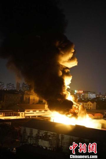 上海一物流仓库突发大火火光冲天有刺鼻橡胶燃烧味