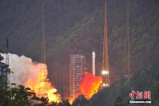 4月12日19时04分,中国西昌卫星发射中心成功发射实践十三号卫星。 叶乐峰 摄