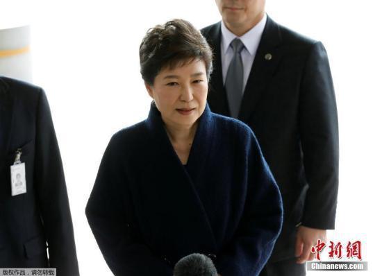 资料图:当地时间3月21日,韩国史上第一位遭弹劾下台的总统朴槿惠前往首尔中央地方检察厅接受调查。