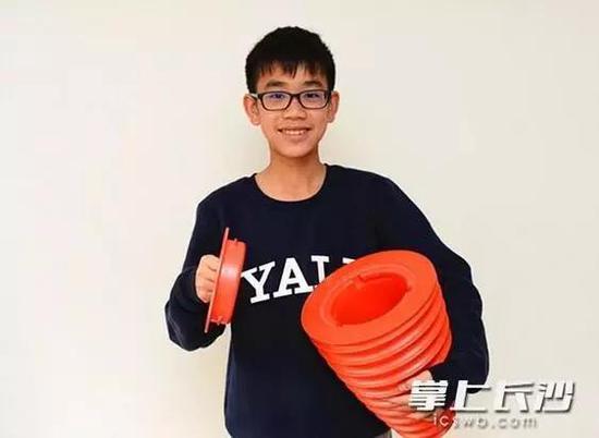 13岁的宁子岳捧着自己的发明。
