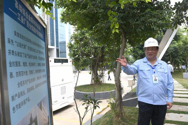 4月20日,南南铝铝业股份有限公司董事长郑玉林在讲述向习近平总书记介绍工业厂房全铝围护系统项目时的情景。新华社记者 周华 摄