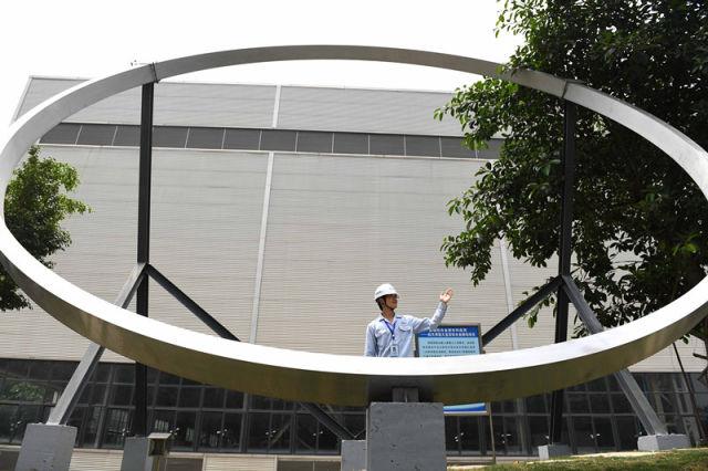 4月20日,南南铝加工有限公司研发中心航空航天铝合金材料研究所所长何克准在讲述向习近平总书记介绍航天用超大直径铝合金锻坯项目时的情景。新华社记者 周华 摄