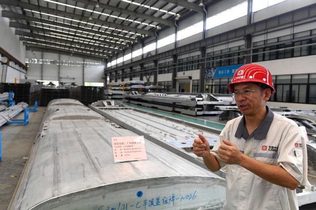4月20日,南宁中车铝材精密加工有限公司董事长刘建仁在该公司铝材精密加工项目基地生产现场讲述向习近平总书记介绍铝材精密加工的情景。新华社记者 周华 摄