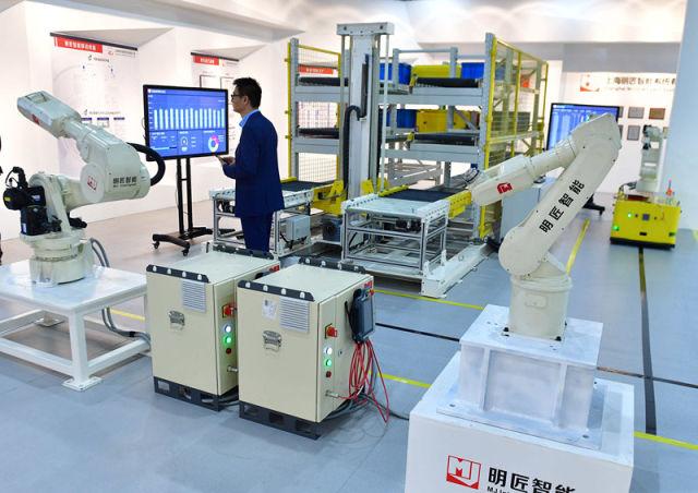 这是上海明匠智能系统有限公司展示的工业机器人(4月20日摄)。新华社记者 黄孝邦 摄