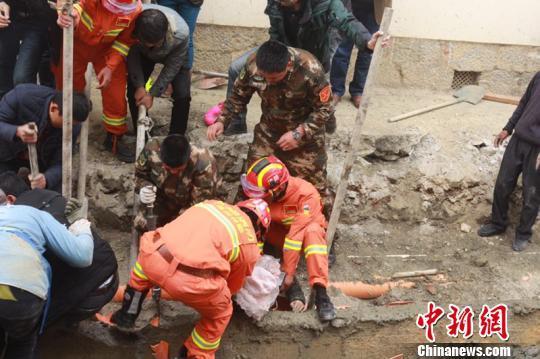 云南香格里拉一施工沟渠水泥挡墙倒塌致1死3伤