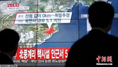 资料图:韩国民众观看电视对朝鲜媒体试射氢弹的报道。