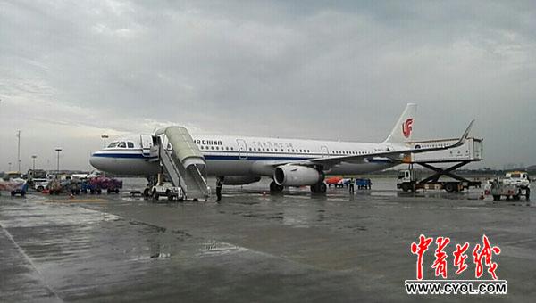 国航飞机在杭州萧山国际机场等待无缝对接