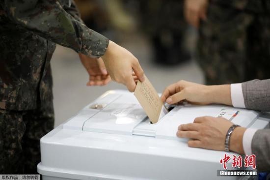 当地时间5月4日,第19届韩国总统选举缺席投票启动,选民们在机场、车站排长队等候参加缺席投票。