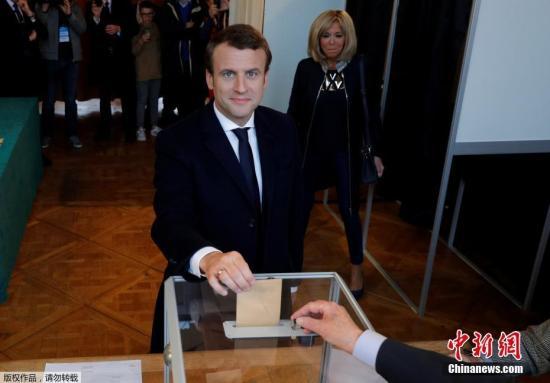 当地时间2017年5月7日,法国总统选举第二轮投票展开,多地民众参加投票。投票结果将决定法兰西第五共和国第八位总统的人选。图为总统候选人马克龙在投票点进行投票。
