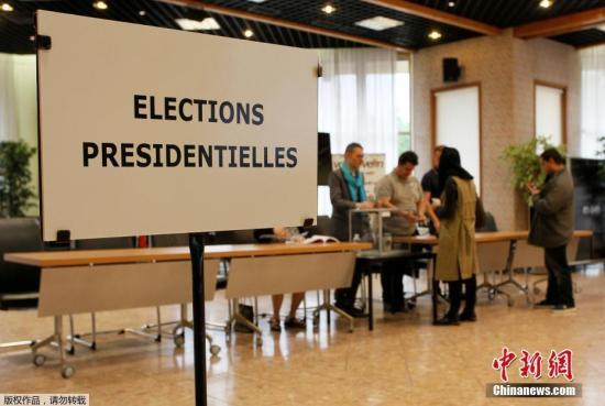 当地时间2017年5月7日,法国总统选举第二轮投票展开,多地民众参加投票。投票结果将决定法兰西第五共和国第八位总统的人选。图为沃昂夫兰民众进行投票。